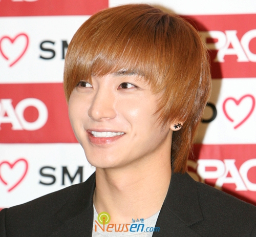 It has been known that Super Junior Lee Teuk has hurt his waist during